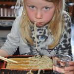 Oliwia zajada sobe w japońskiej knajpce