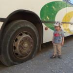 Autobus łapie gumę kilka kilometrów przed Montezuma
