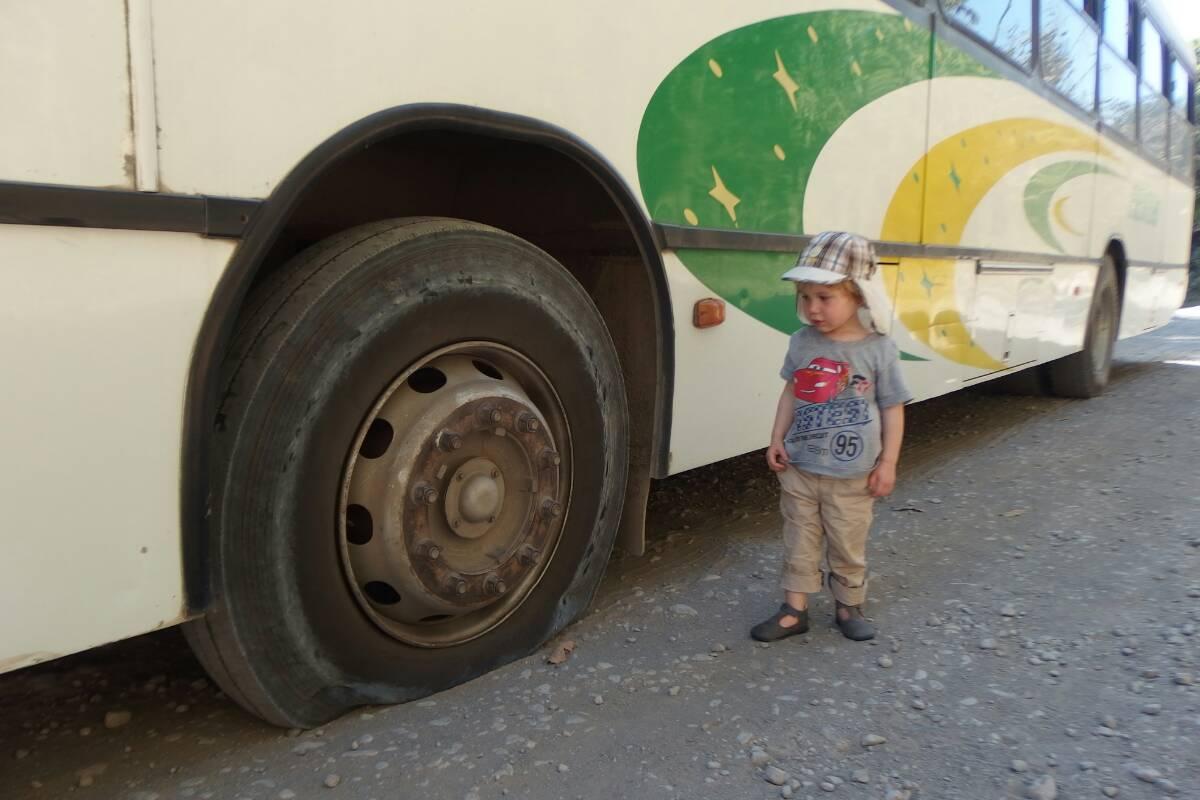 Autobus złapał gumę na trasie Paquera - Montezuma