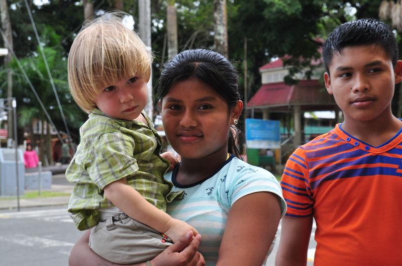 Kacper na rękach u Indianki w Bocas del Toro