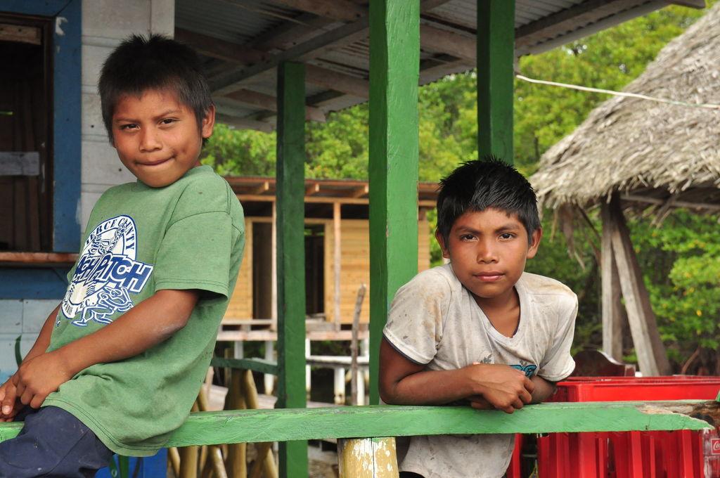 Indianie na przystani niedaleko wysp Zapatilla