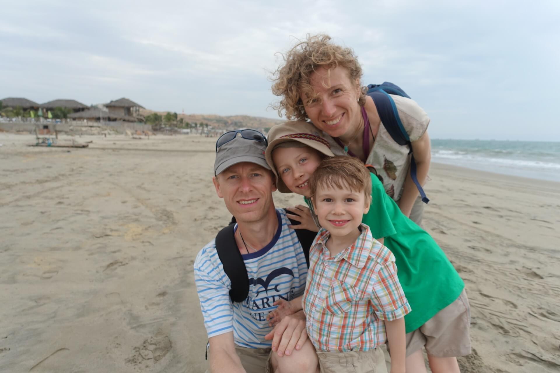 Rodzinka w podróży na plaży w Peru