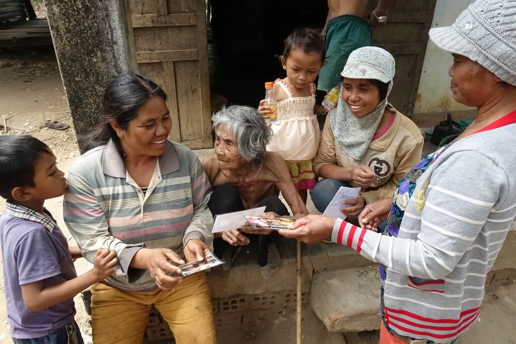 100 letnia Wietnamka ogląda swoje zdjęcia